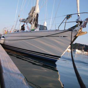 Segelyacht Dantés fest nach langer Fahrt in der Marina von L'Aberwrac'h