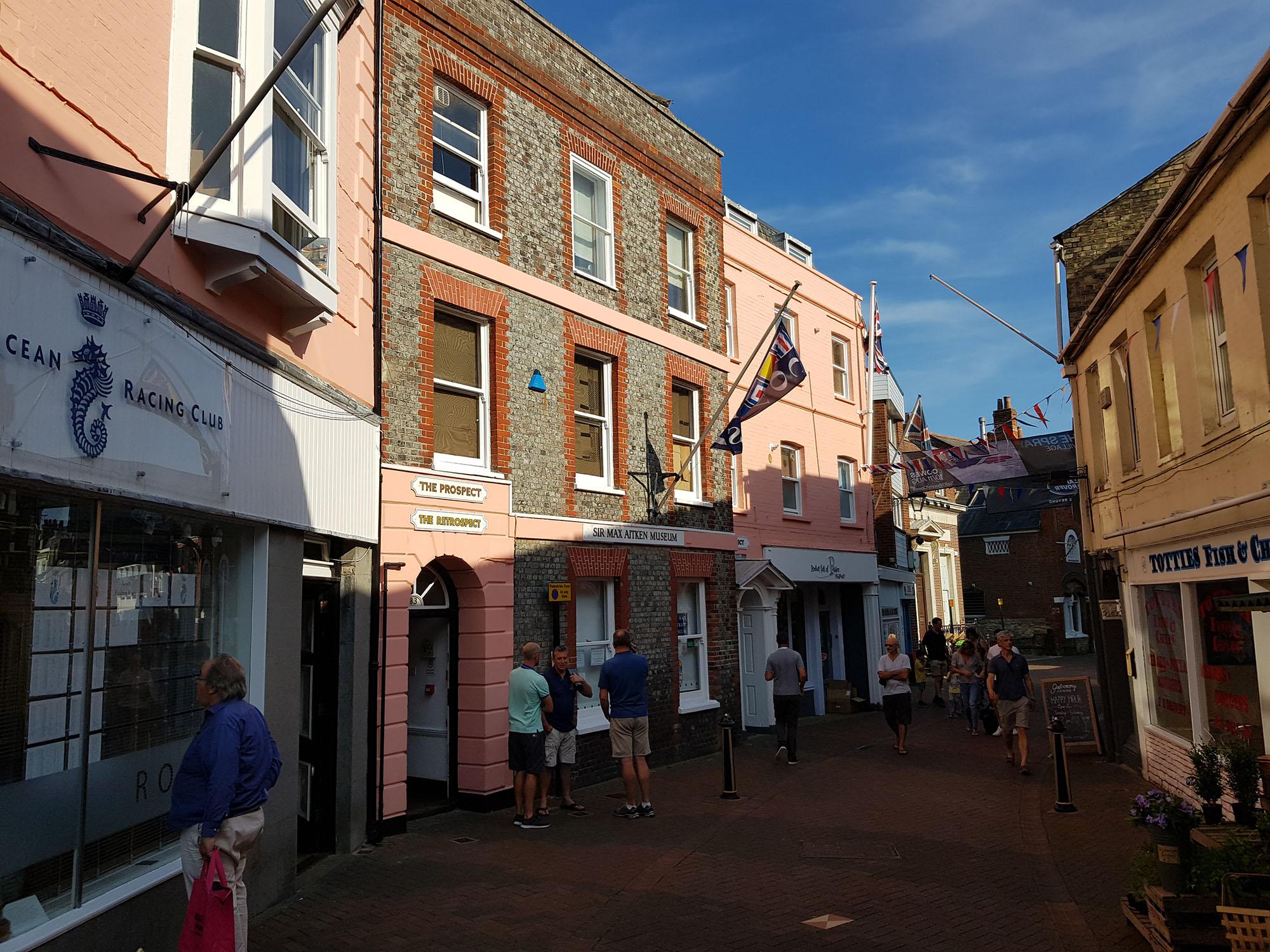 High Street in Cowes und das Büro des RORC